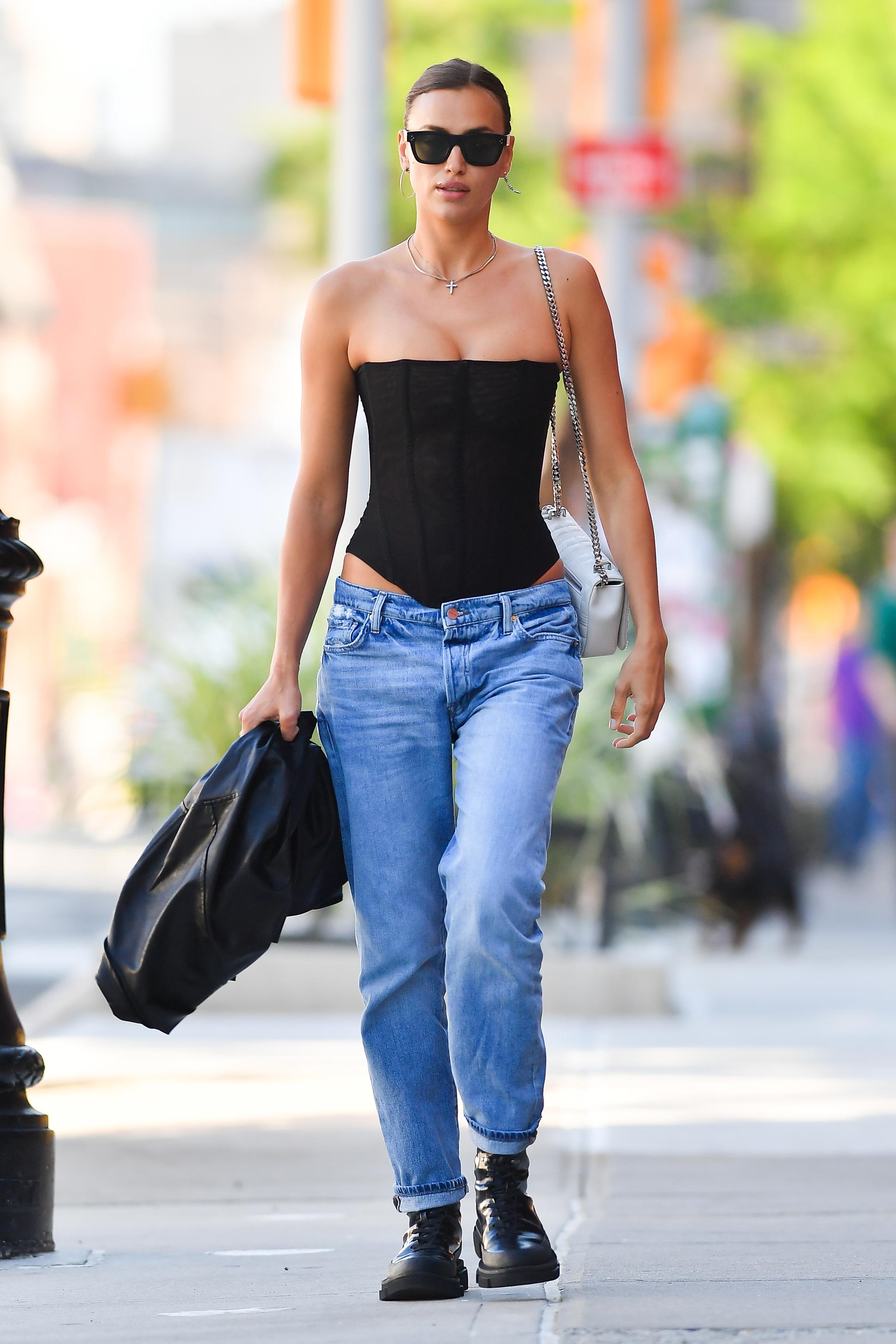 Irina Shayk con jeans y top corsé.