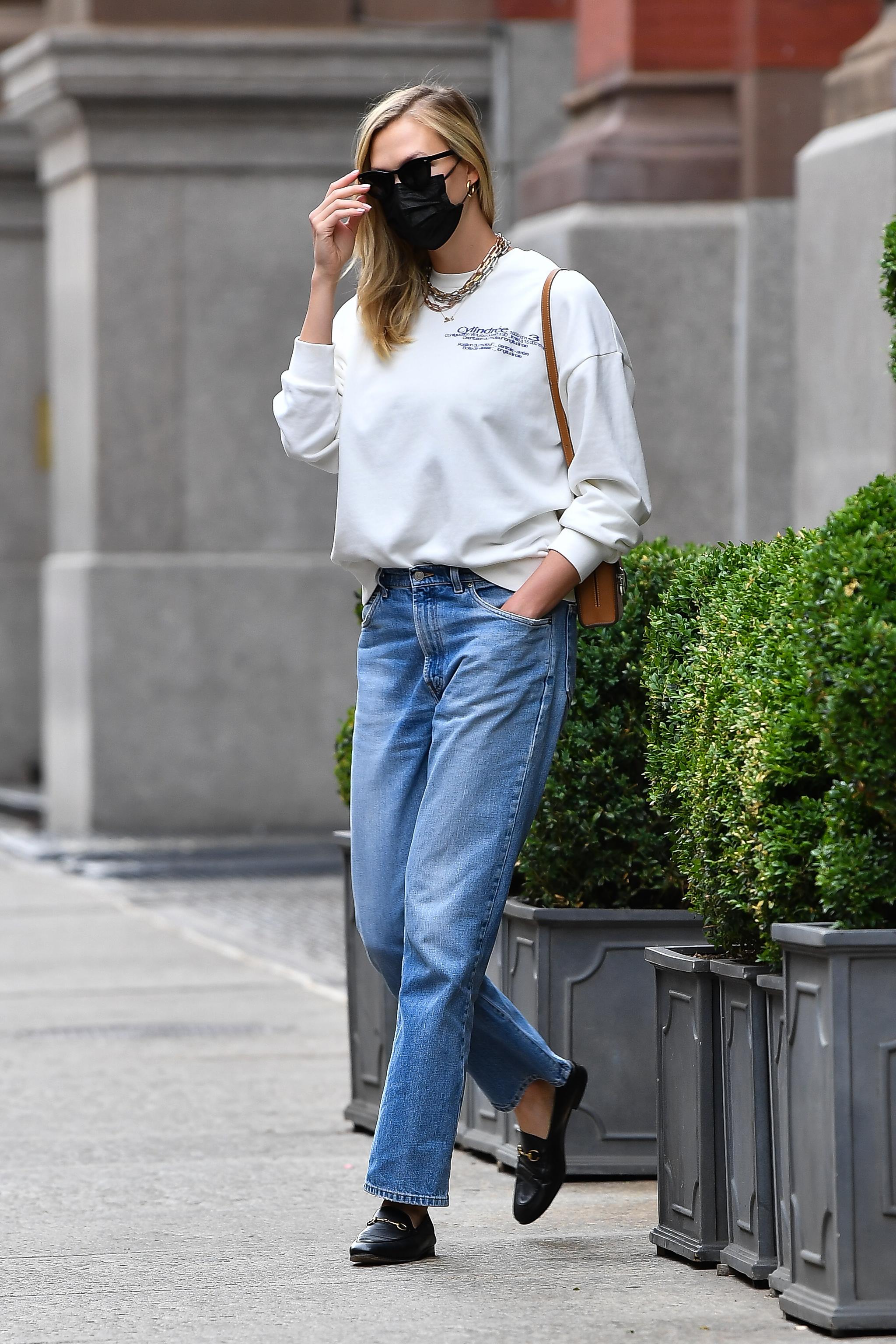 Karlie Kloss con jeans, sudadera y zapatillas.