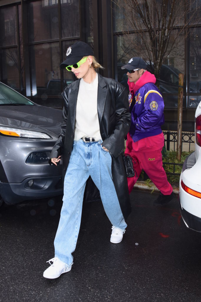 Hailey Baldwin combina la gorra con el uniforme de jeans y camiseta blanca.