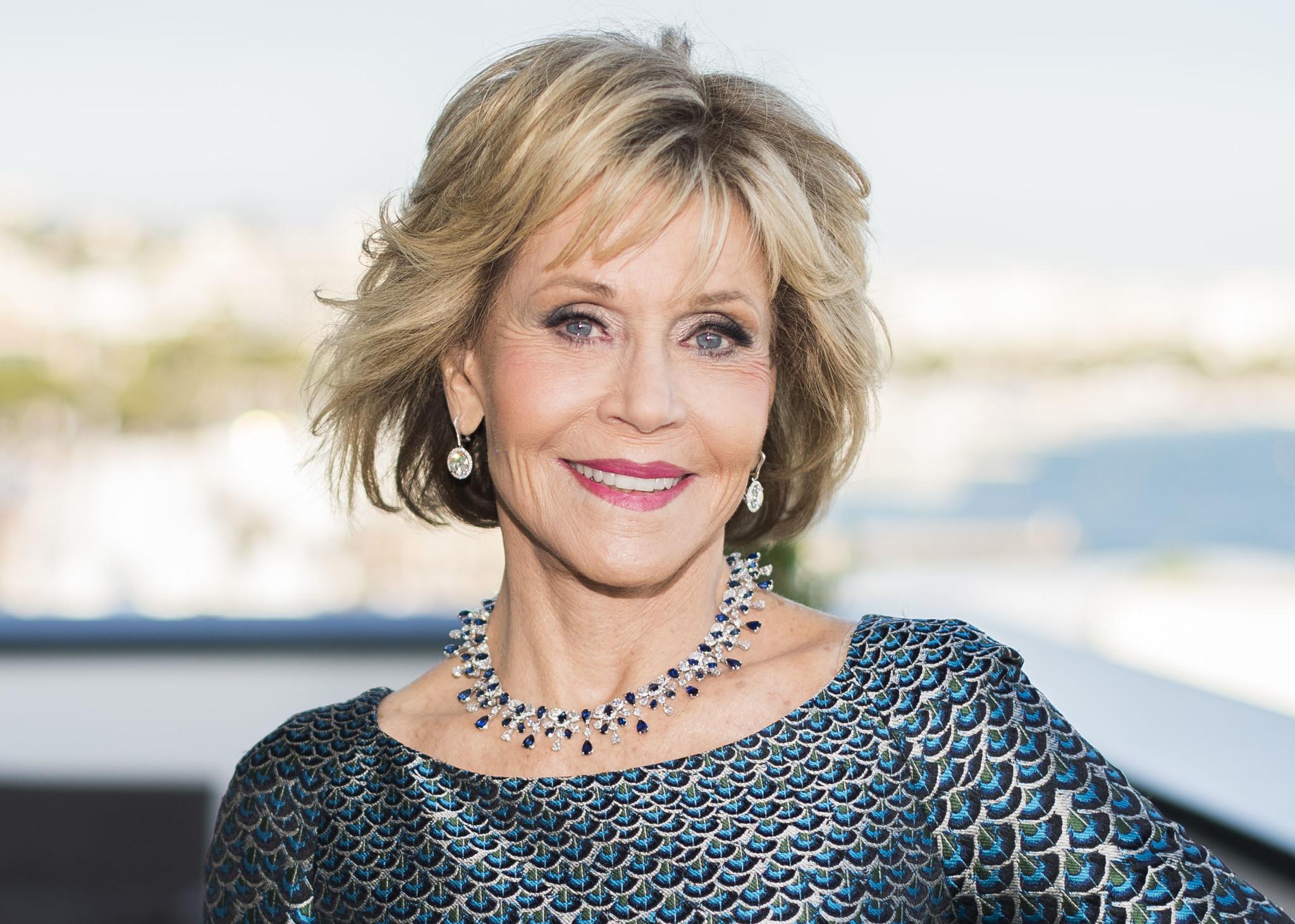 Jane Fonda con un corte shag a capas y con flequillo que destaca sus facciones.