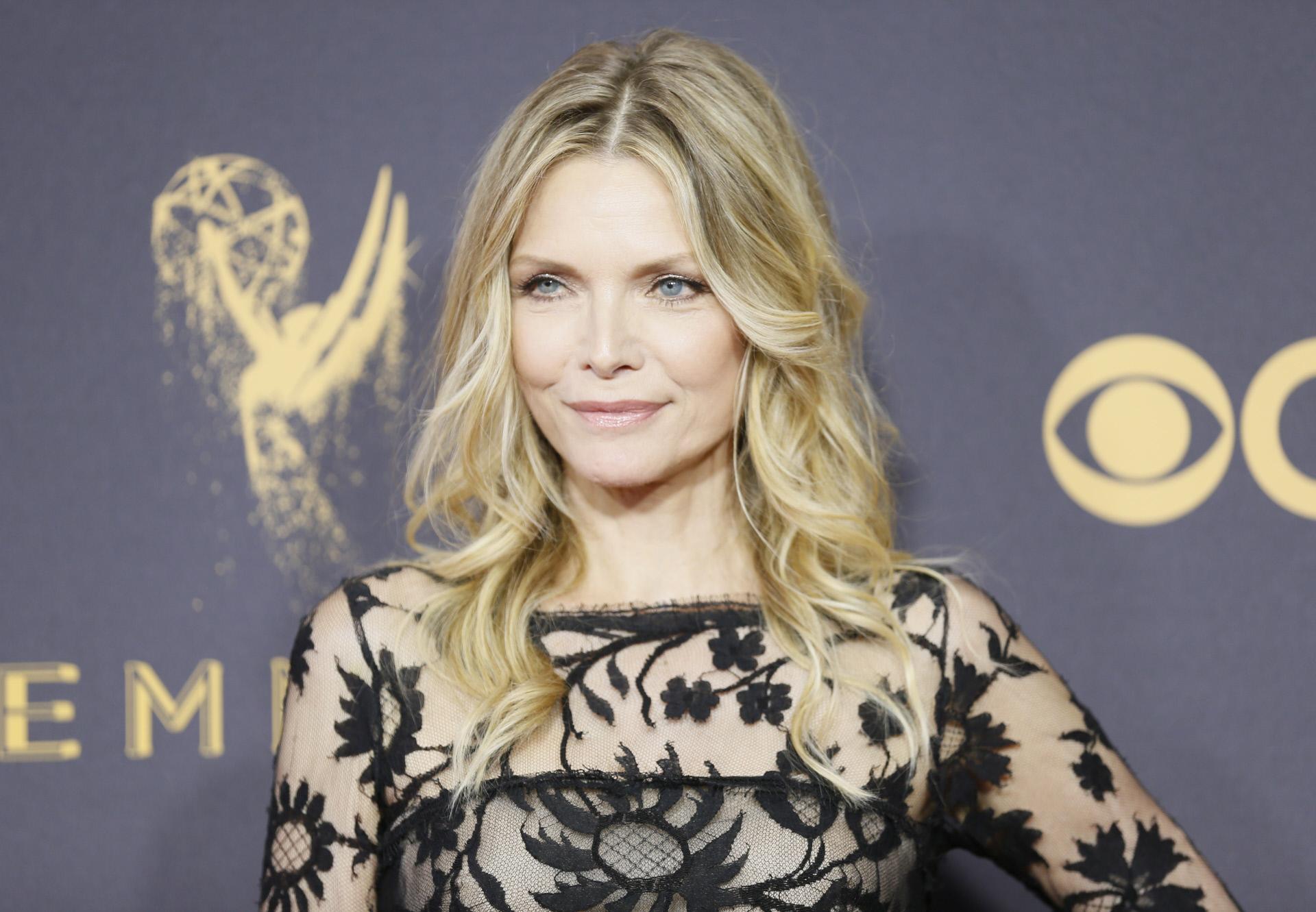 Michelle Pfeiffer con su corte icónico con capas ligeras o collarbone cut.