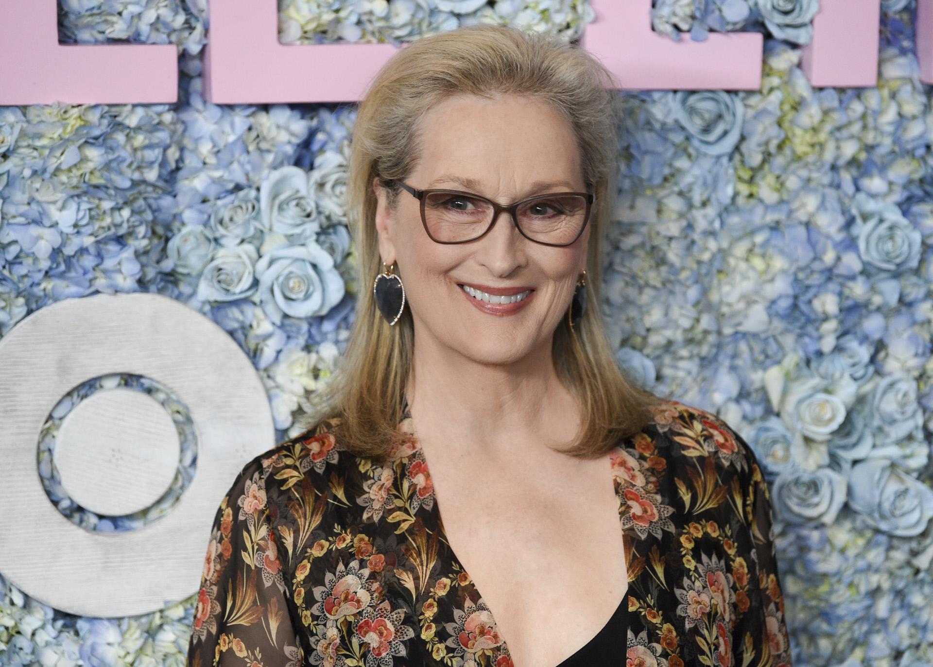 Meryl Streep elige un long bob liso que a veces realza con unas ondas suaves para lucir sus canas matizadas con su rubio ceniza.