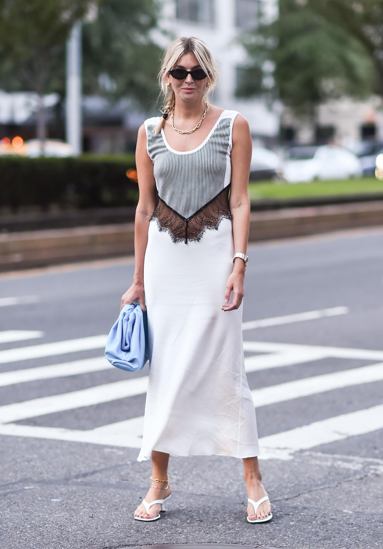 Camille Charriere con vestido lencero.