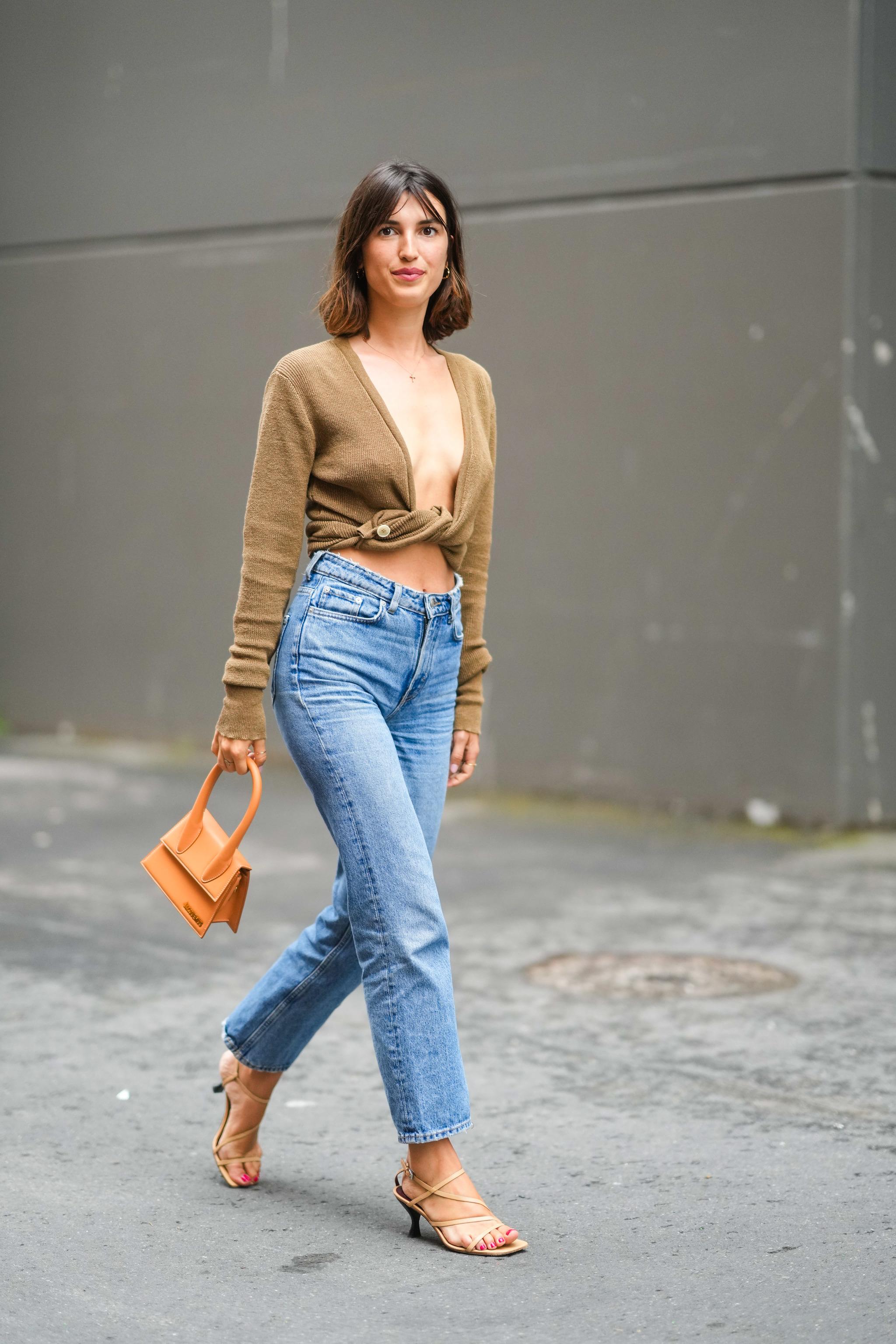 Jeanne Damas con jeans rectos y sandalias de tacón sensato.