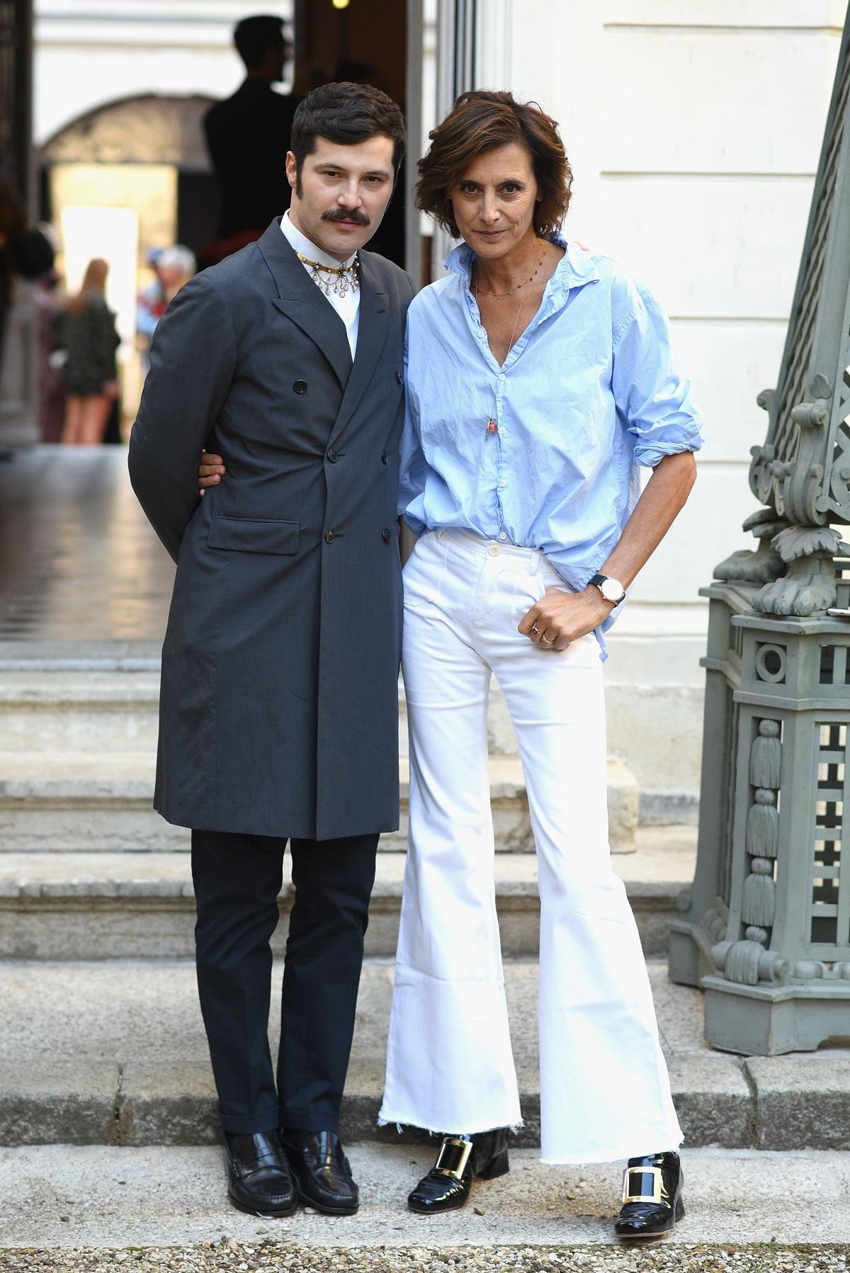 Inès de la Fressange con camisa de estilo masculino.