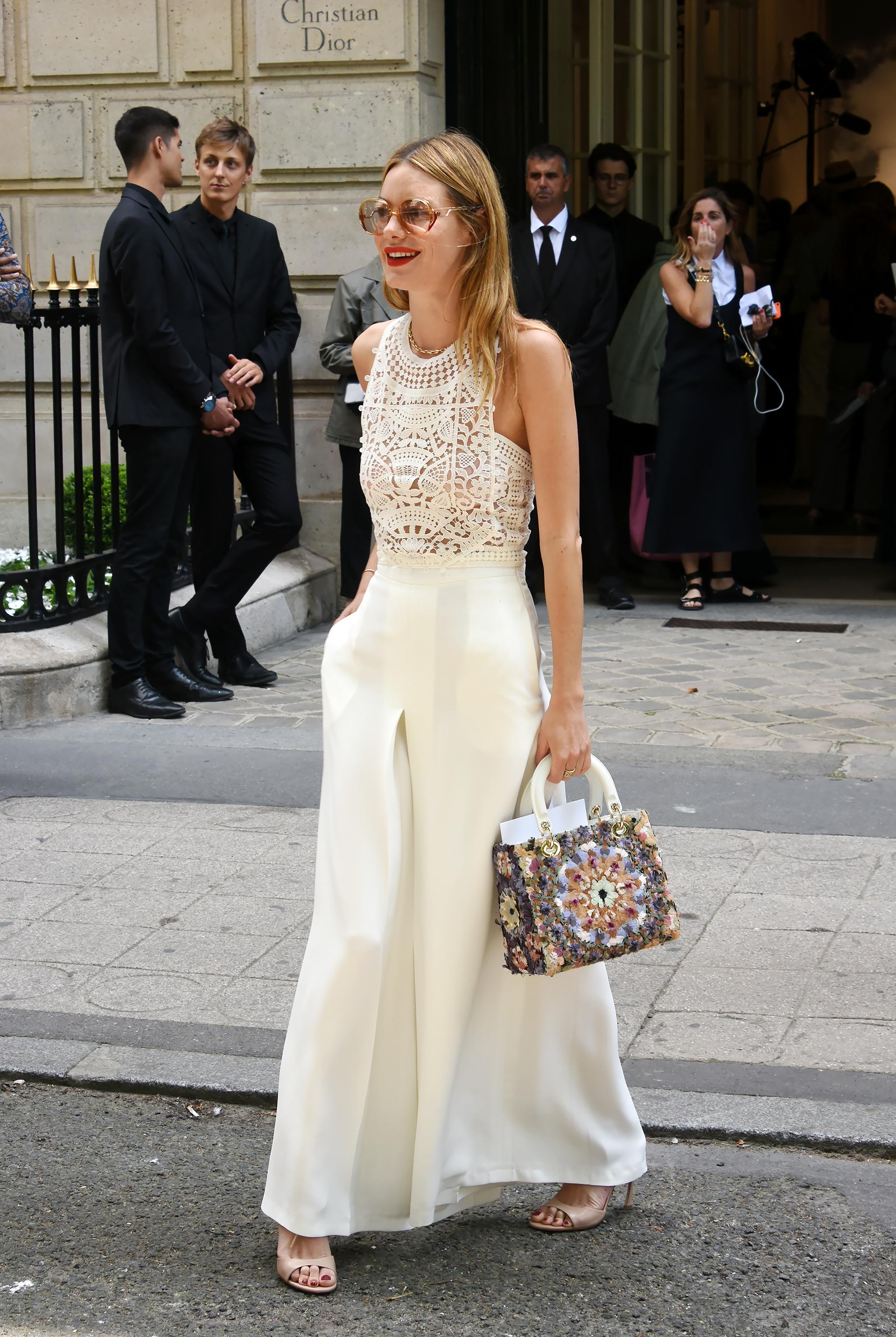 Camille Rowe con top blanco.