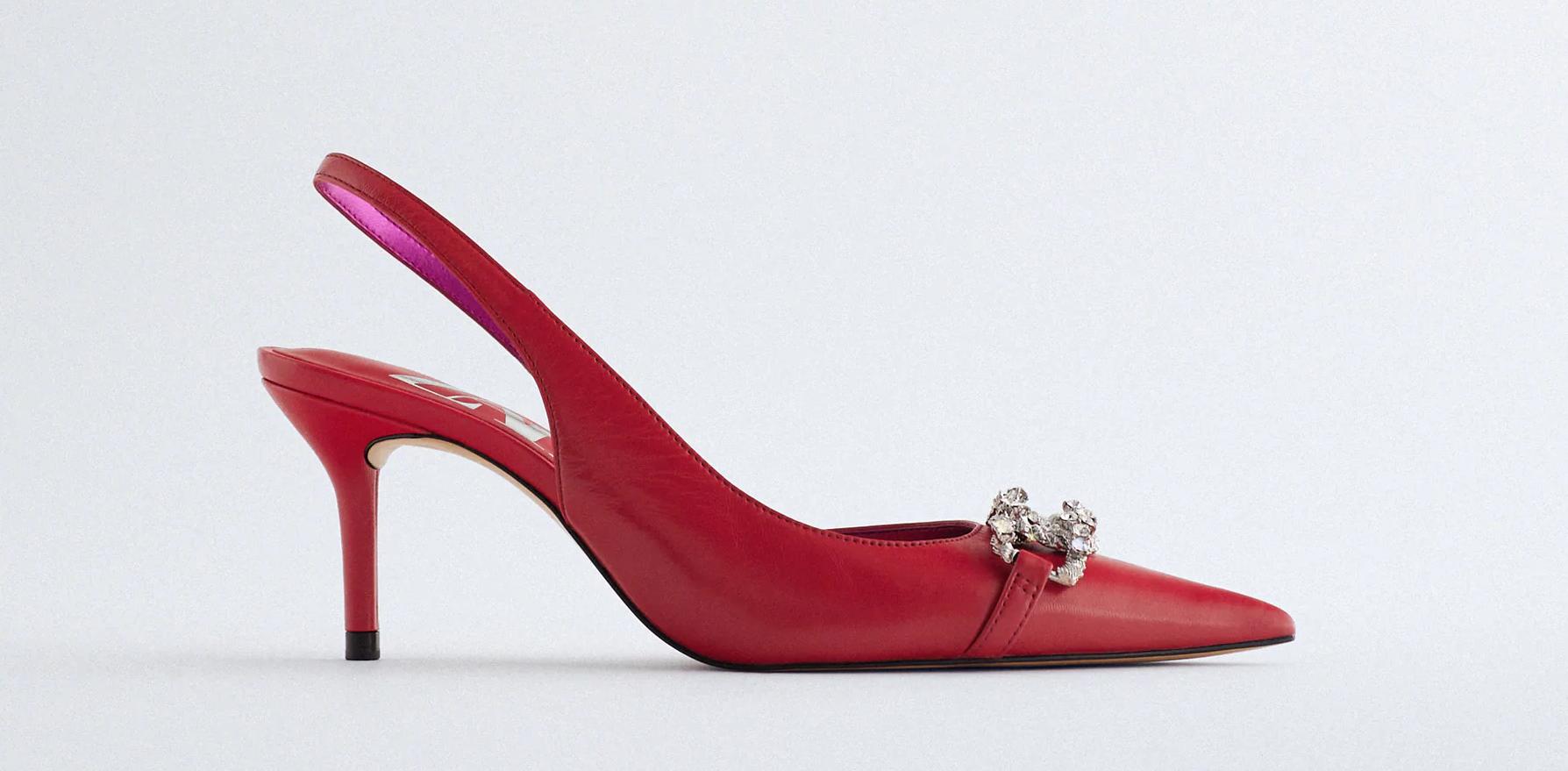 Destalonados rojos con hebilla de strass, de Zara.