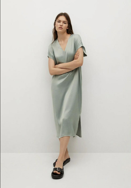 Vestido satinado, de Mango