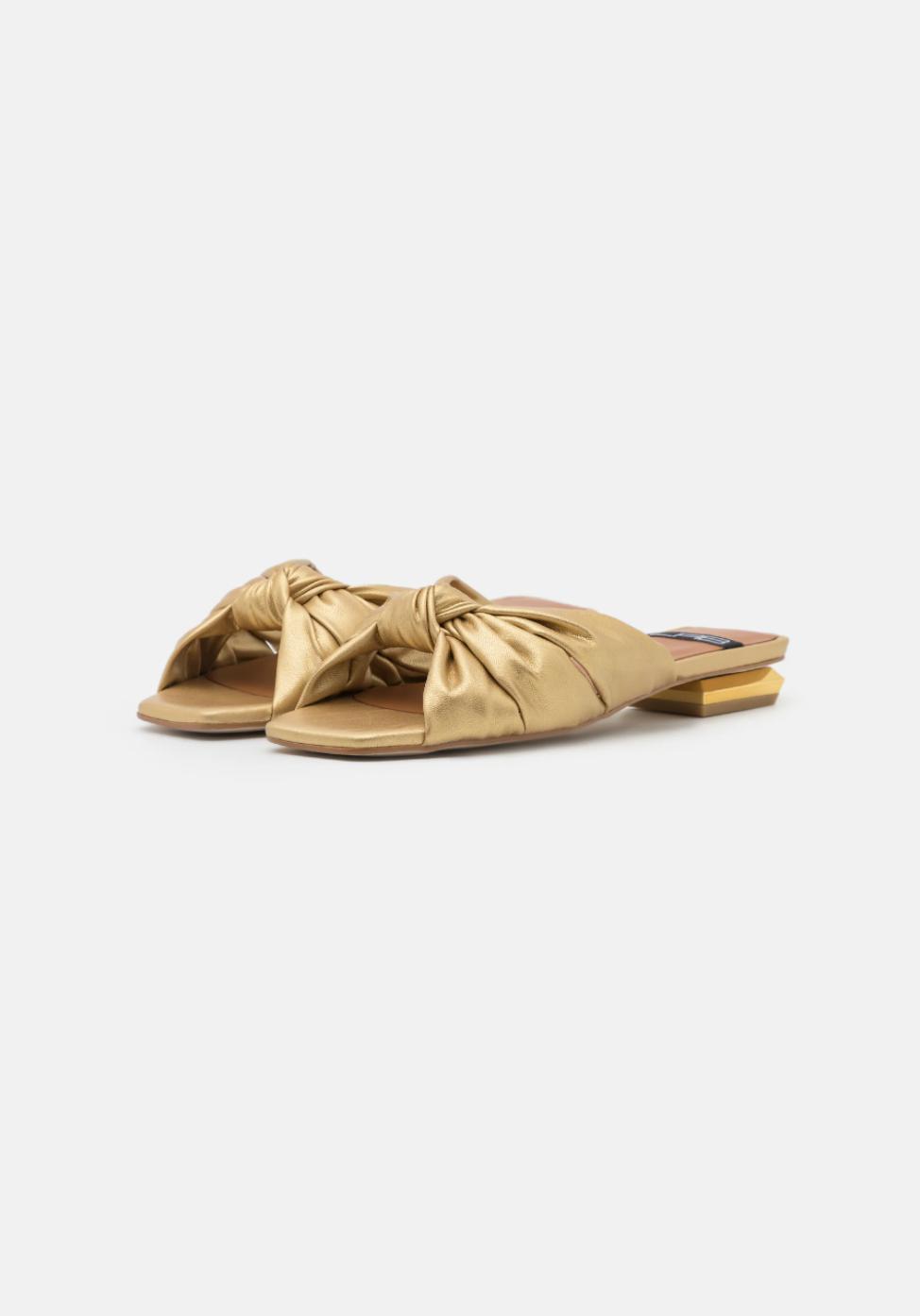 Sandalias doradas, de LAB