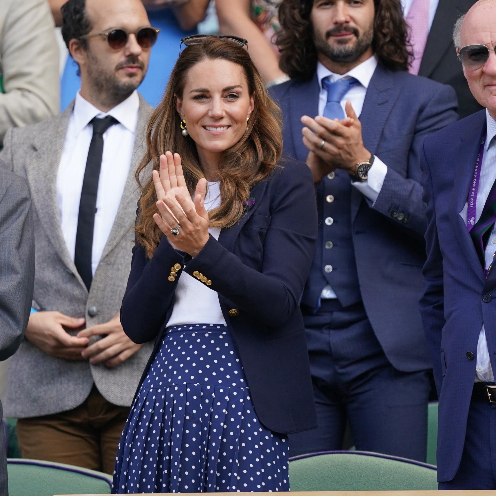 Kate Middleton asistió a un partido, disfrutando de la competencia junto al Duque de Kent, sino que también recorrió el Museo de Tenis de Wimbledon Lawn y pasó tiempo con el Chef Ejecutivo Adam Fargin en las cocinas en el Wimbledon Grounds. Foto: Gtres.