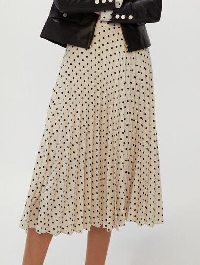 De Cortefiel. A la inversa y en blanco y negro. Falda midi plisada de lunares en poliester. (24,99 euros)