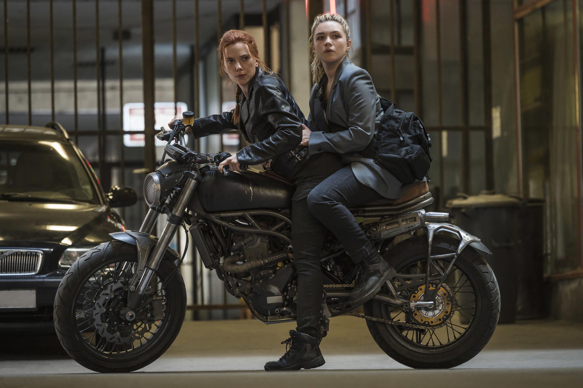 Scarlett Johansson y Florence Pugh en Viuda negra