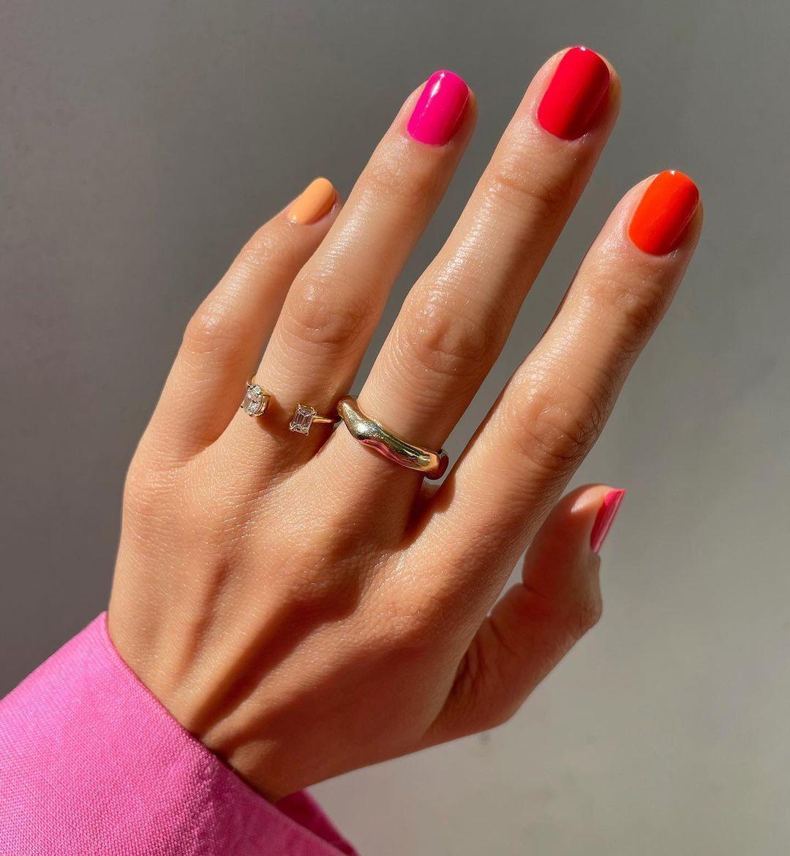 Betina Goldstein apuesta por unas skittle nails en tono sorbete de fresa con rojos y fucsias y un guiño al amarillo.