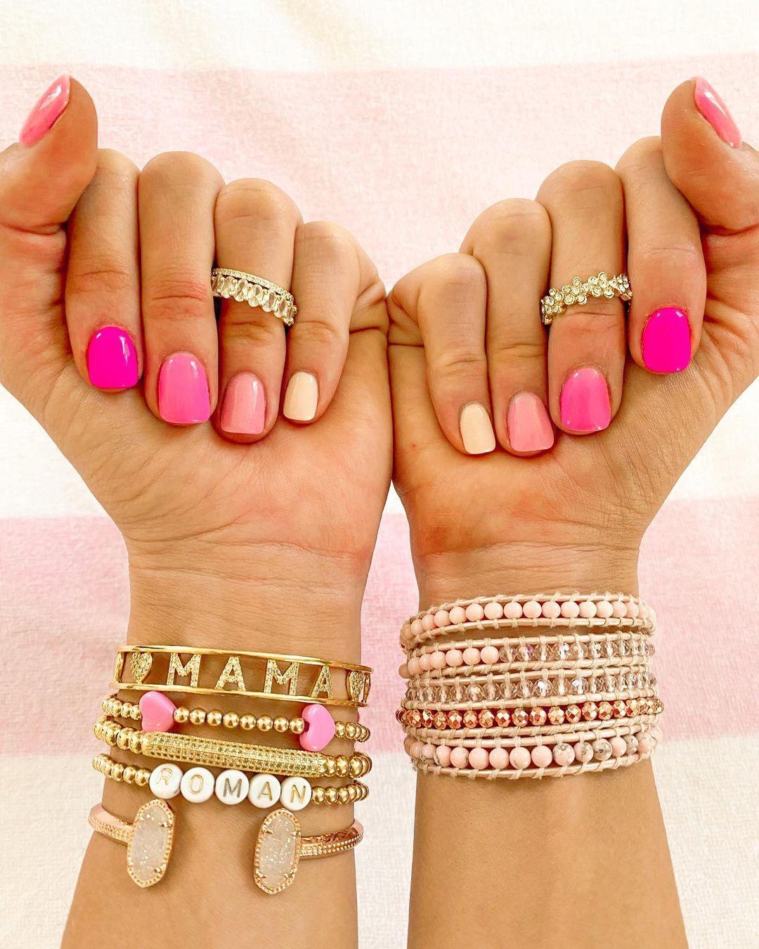 En una versión más rosa, la manicura de Julianna Claire es tan fácil como pintar tus uñas con varios esmaltes rosas que tengas en casa y que vayan del más claro al más potente.
