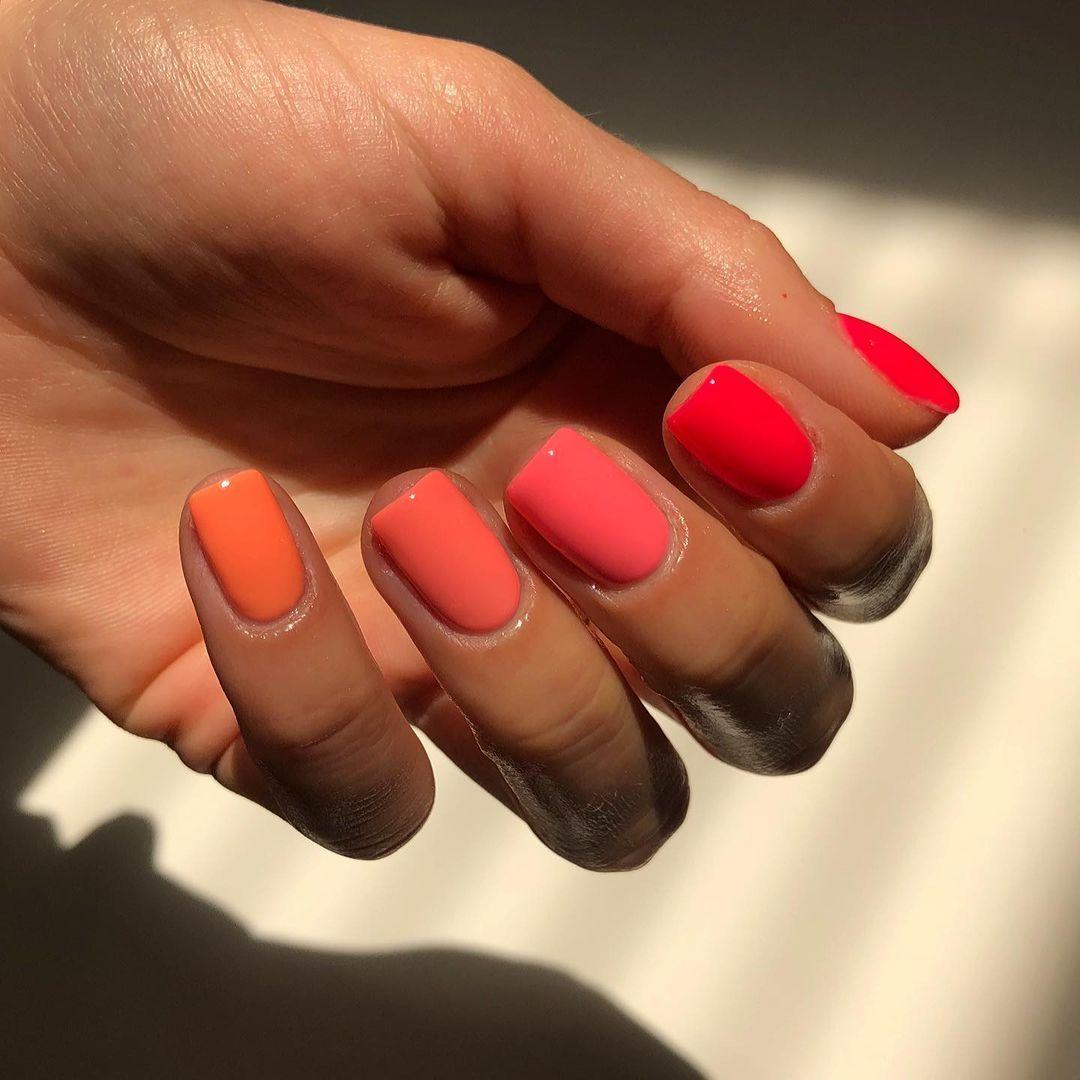 Otra de las versiones de la manicura strawberry sorbet en colores rojos, rosas y naranjas.
