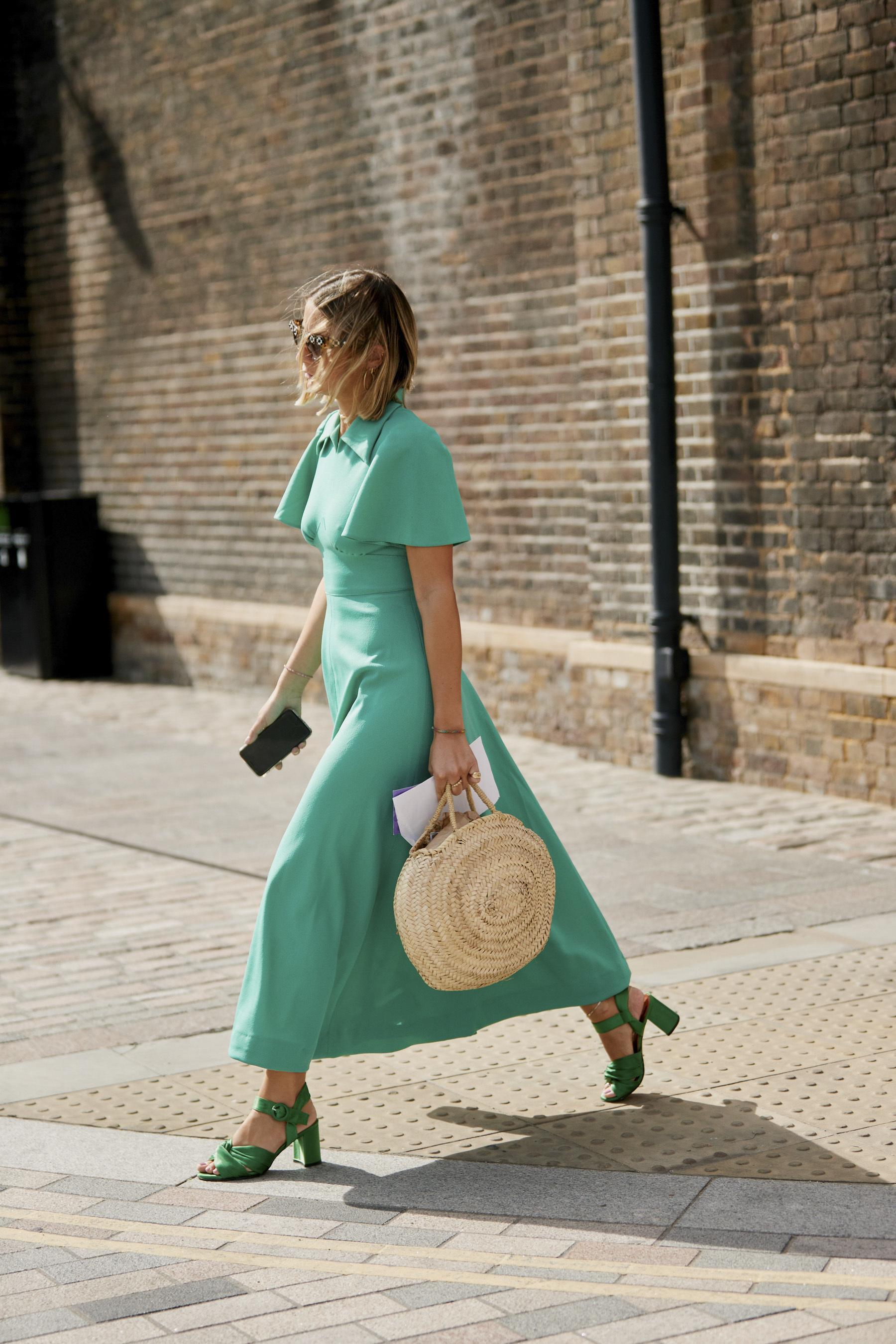 Vestido largo con sandalias de tacón sensato.