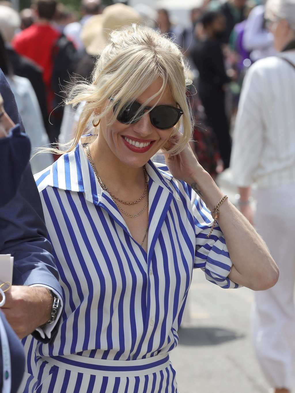 Acompañada de su amigo (aunque ya se rumoréa que es su nueva pareja) Archie Keswick, Sienna Miller no ha faltado a una de sus citas favoritas del año: Wimbledon. Foto: Getty.