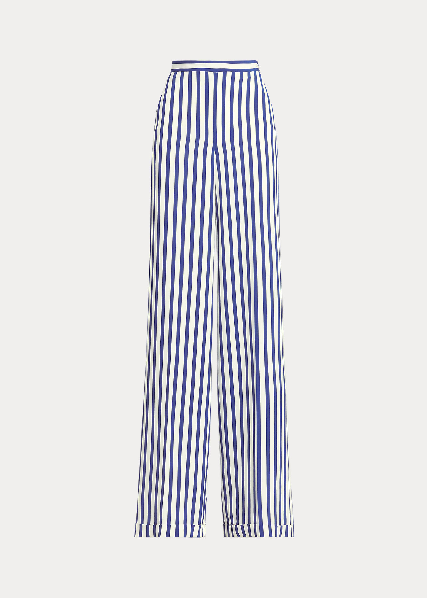 El pantalón Rhona. Es un clásico de la marca. De pernera ancha y tiro alto y dobladillo con vuelta. Está diseñado en crepé de China. Ralph Lauren Collection (735 euros, precio rebajado)