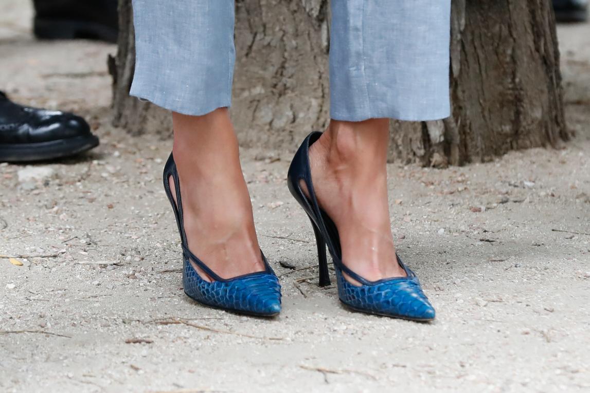 Salones azul marino en piel de la Reina Letizia