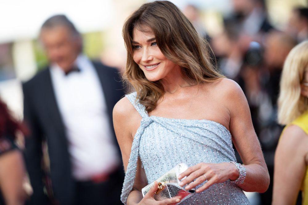La modelo Carla Bruni brilló en Cannes con un maquillaje natural y luminoso para dejar todo el protagonismo a su vestido.