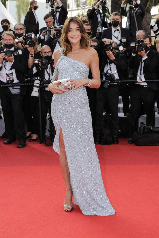 Luciendo piernas y manicura nude y pedicura roja, Carla Bruni fue una de las protagonistas de la gala de apertura de la 74 Edición del Festival de Cannes.