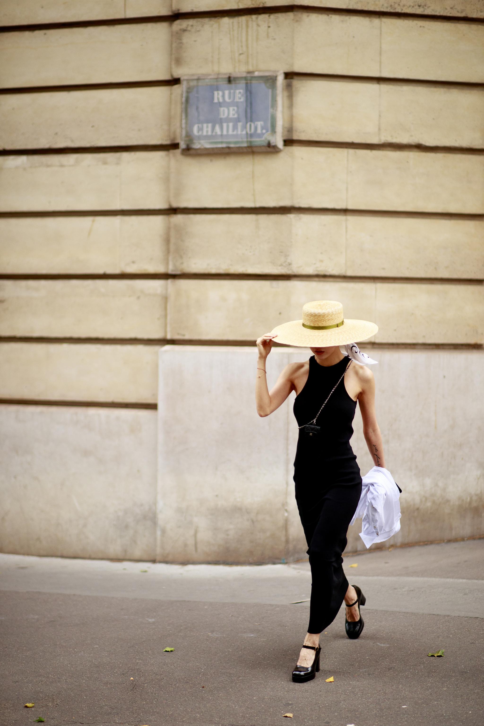 Un vestido negro con escote halter.
