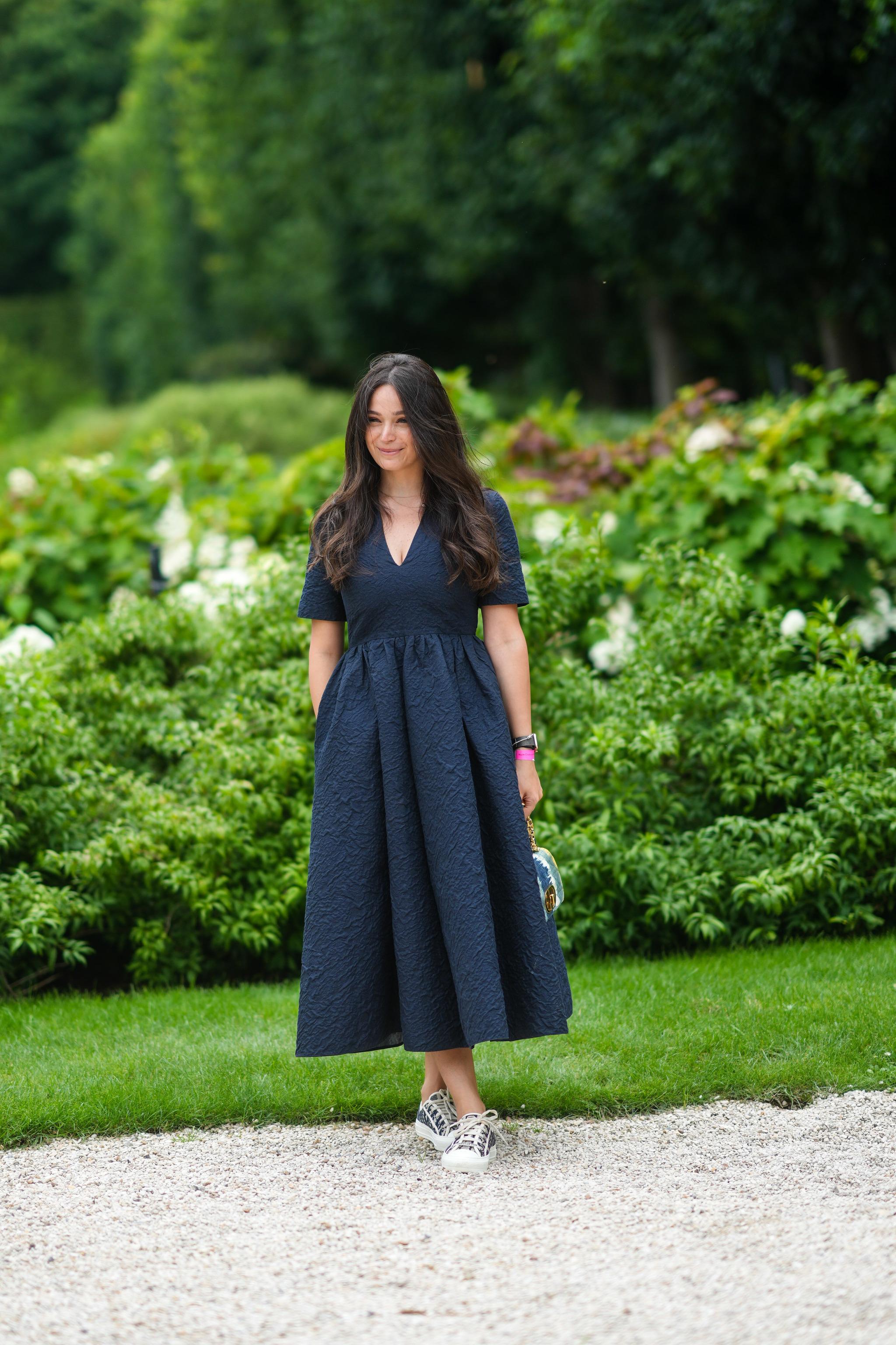 Una invitada con vestido azul marino.