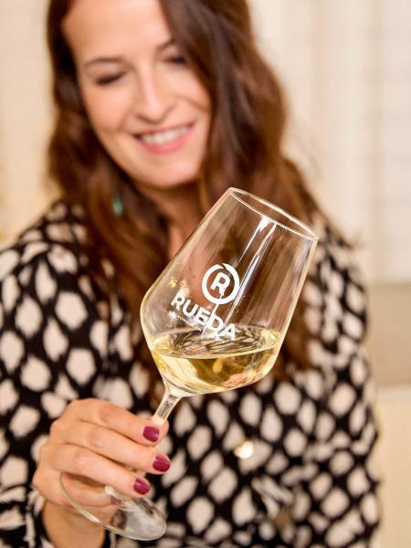 """""""Una vez abierta la botella, el aire hace que el vino empiece a oxidarse. No pasa nada. Tapa bien la botella con su propio corcho o con tapones especiales que extraen el oxígeno y ponla en frío. De esta manera se mantendrá en buenas condiciones durante dos o tres días"""", defiende Ana Lahiguera."""