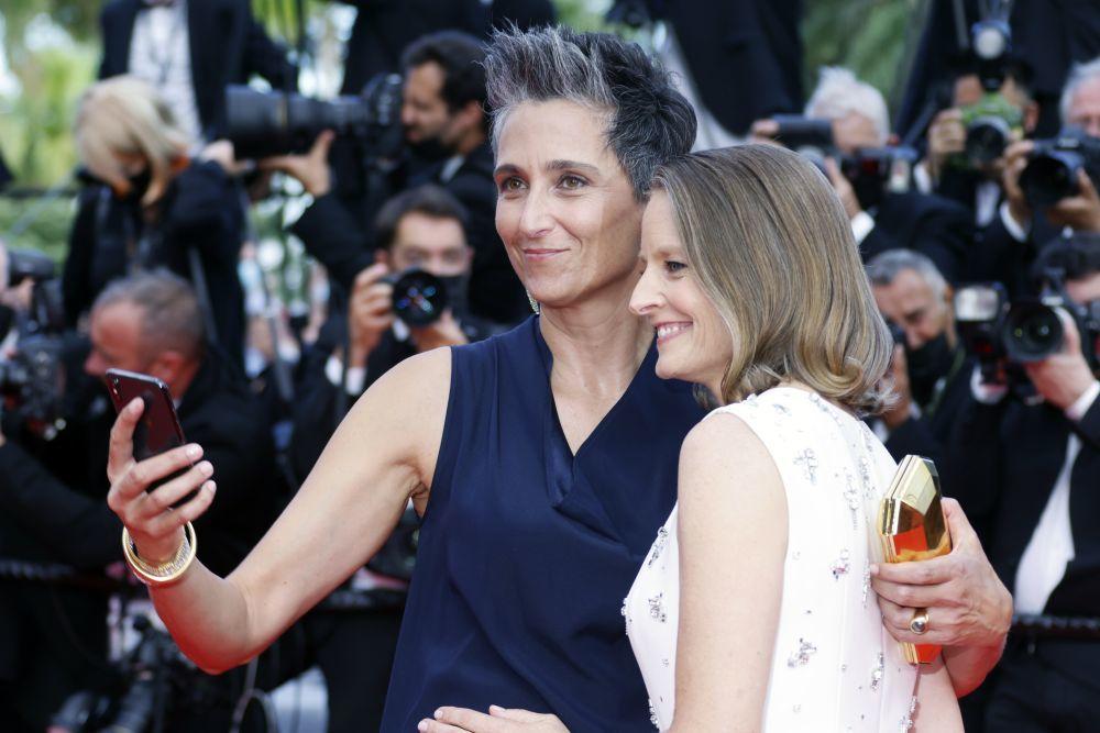 Alexandra Hedison con su pixie con canas espléndidas y su pareja, Jodie Foster, también apostando por el grey blending.