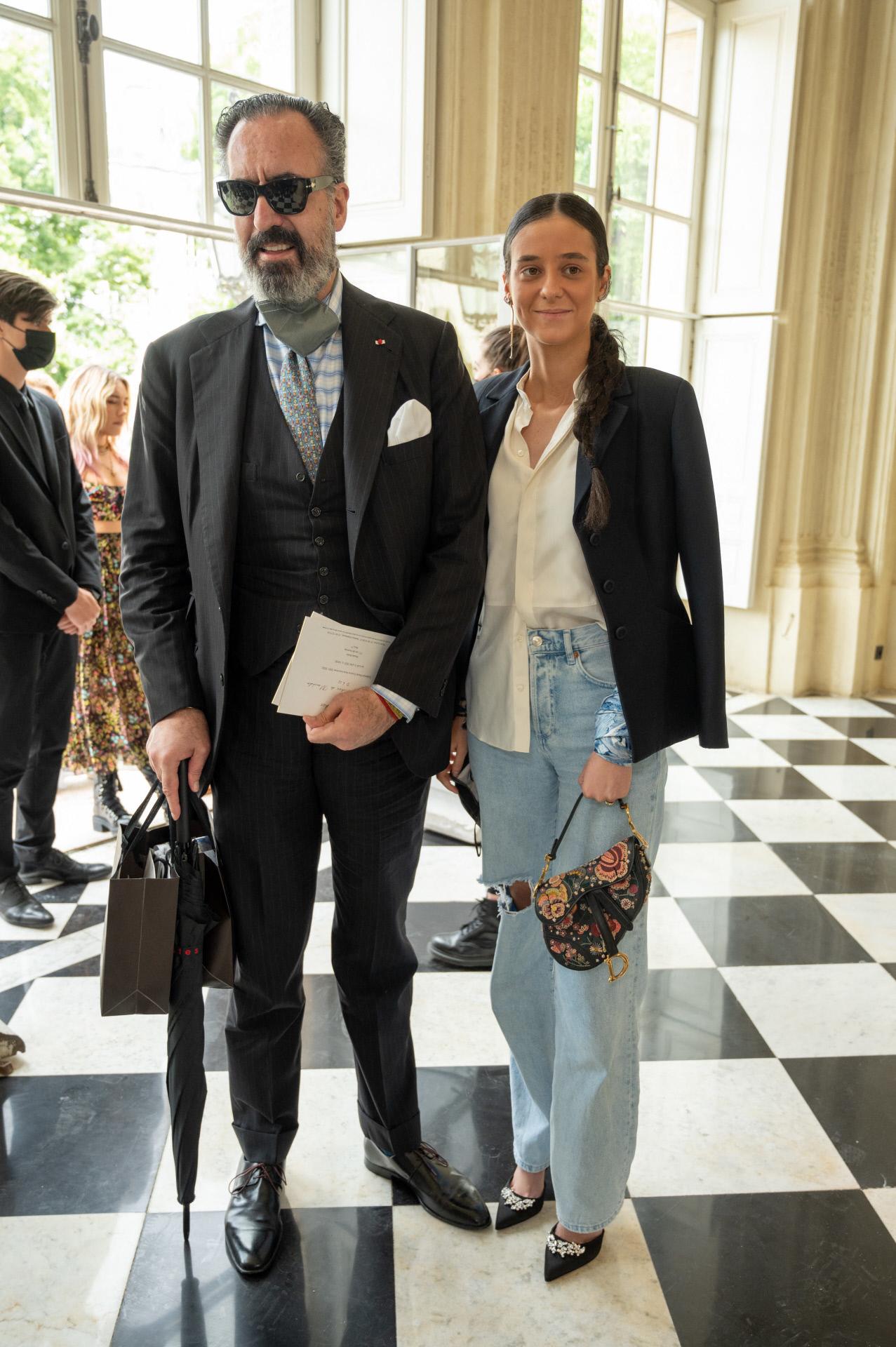 Victoria Federica con su padre a su llegada al desfile de Dior en París.