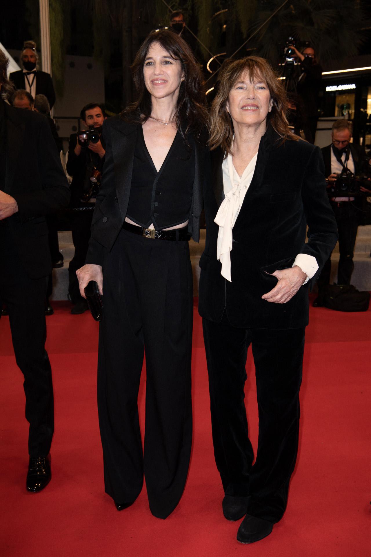 Charlotte Gainsbourg y Jane Birkin, madre e hija, con sendos emoquins negros en Cannes.