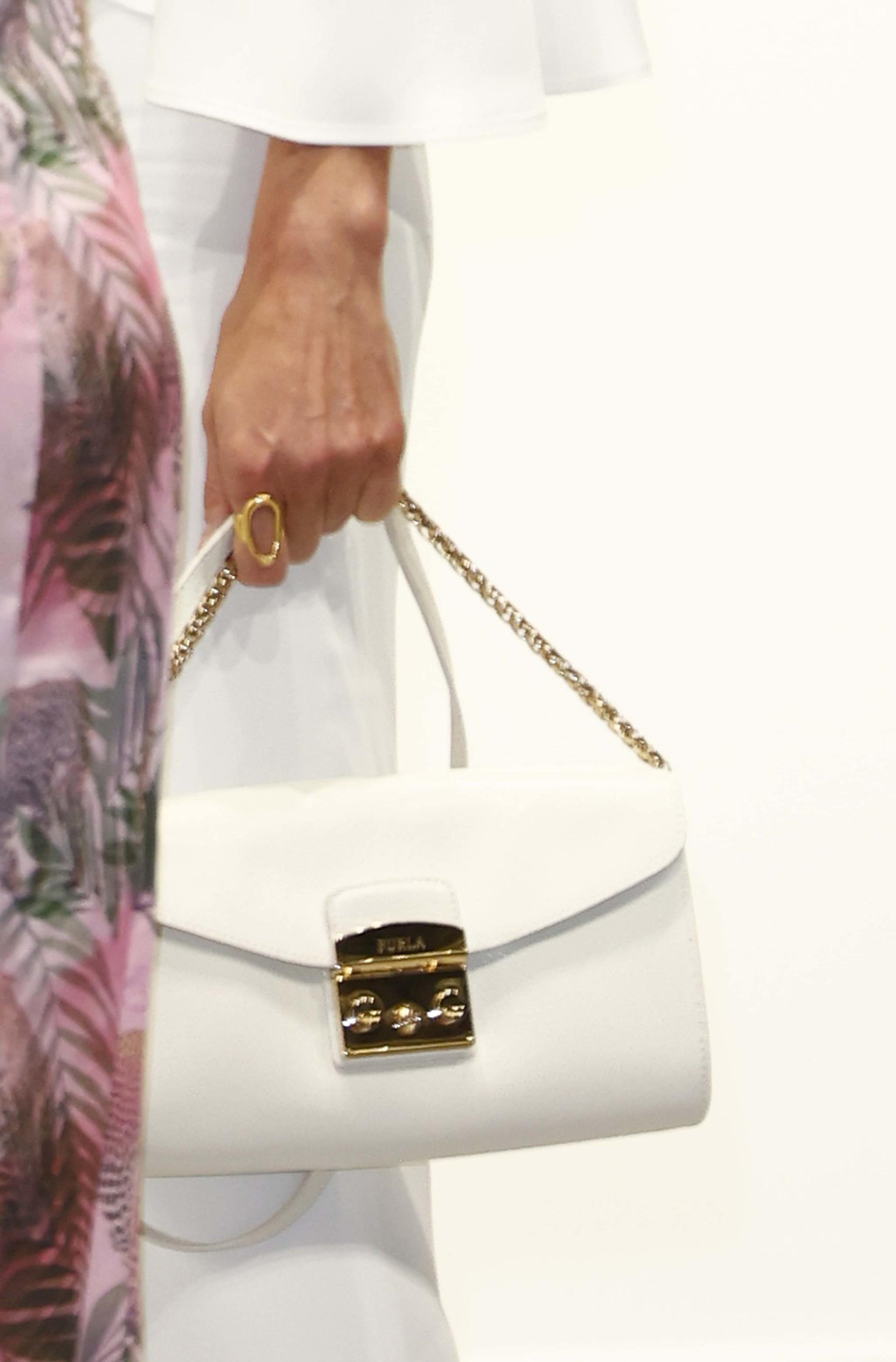 Detalle del bolso de la Reina.