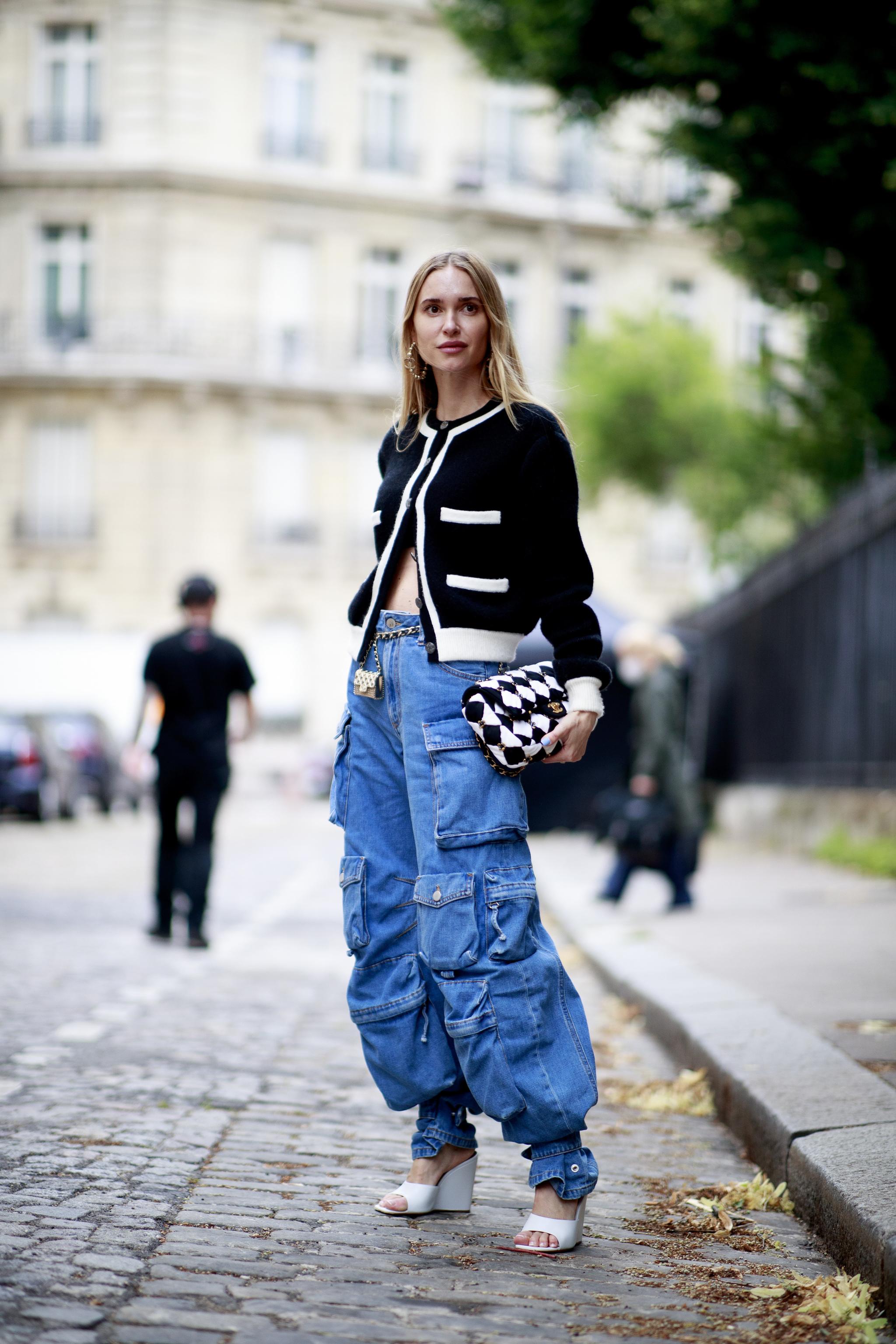 Pernille Teisbaek con vaqueros de bolsillos.