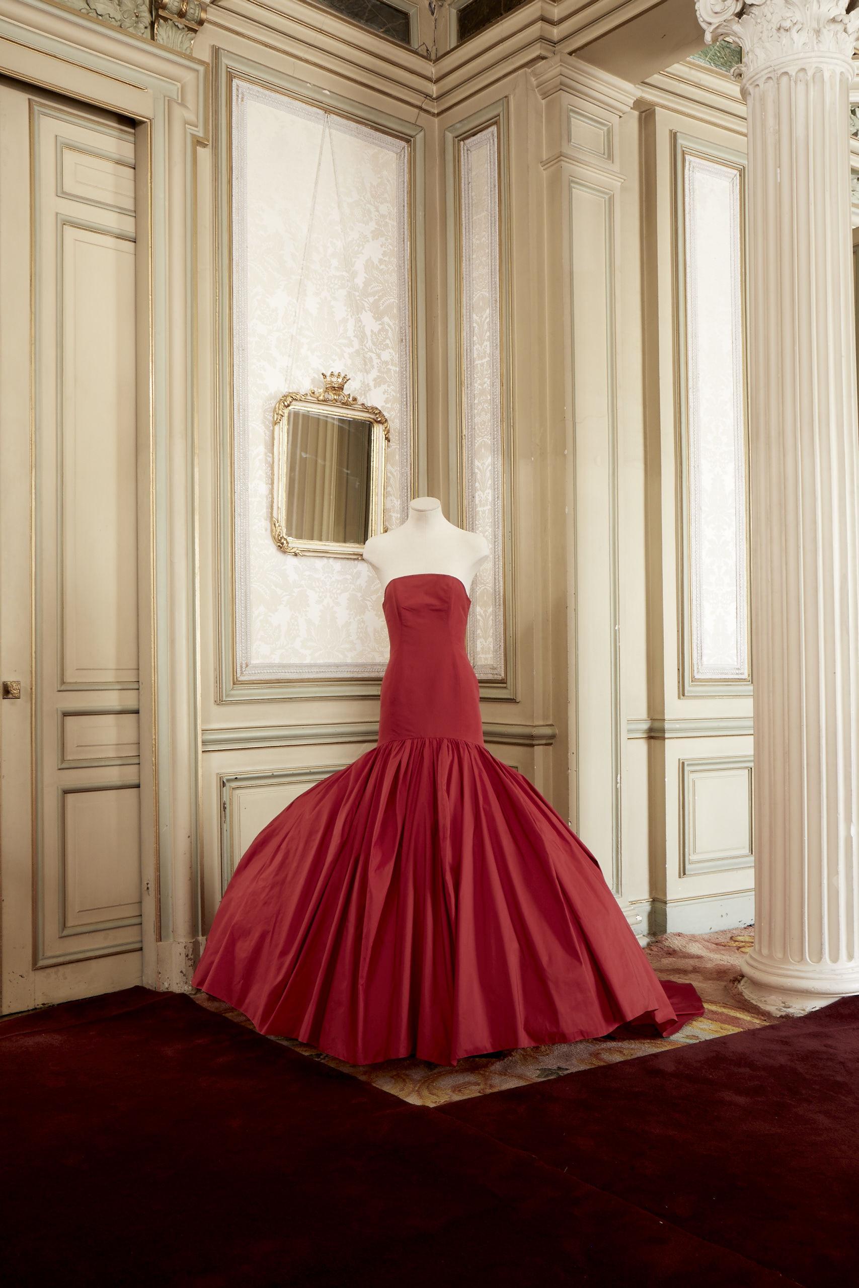Vestido rojo de tafetán de Redondo Brand.