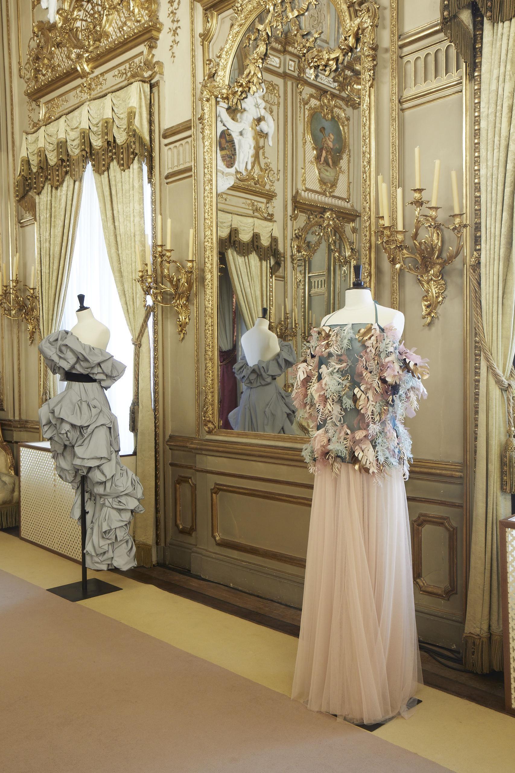 Al fondo vestido de Roberto Diz, en primer plano conjunto de Duyos.