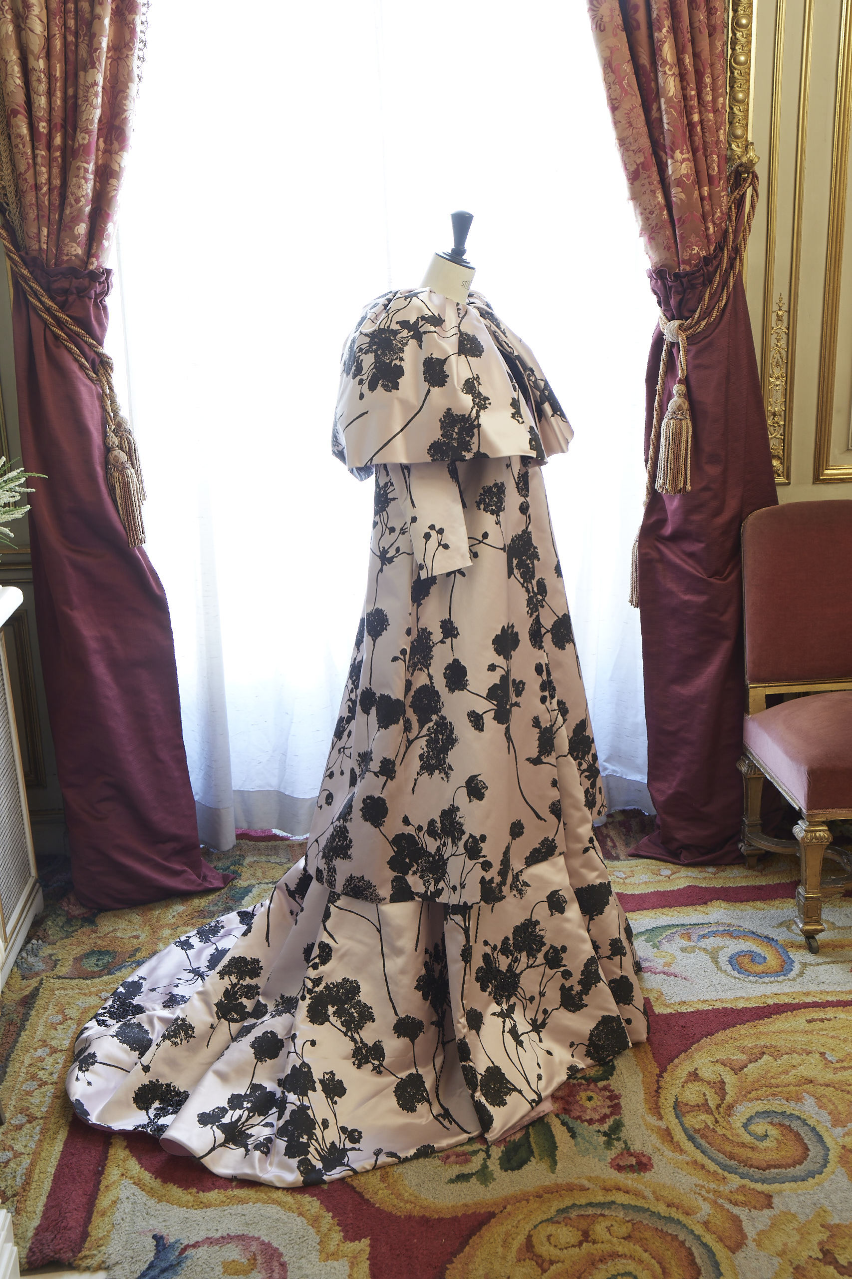 Abrigo y vestido de Isabel Sanchís.