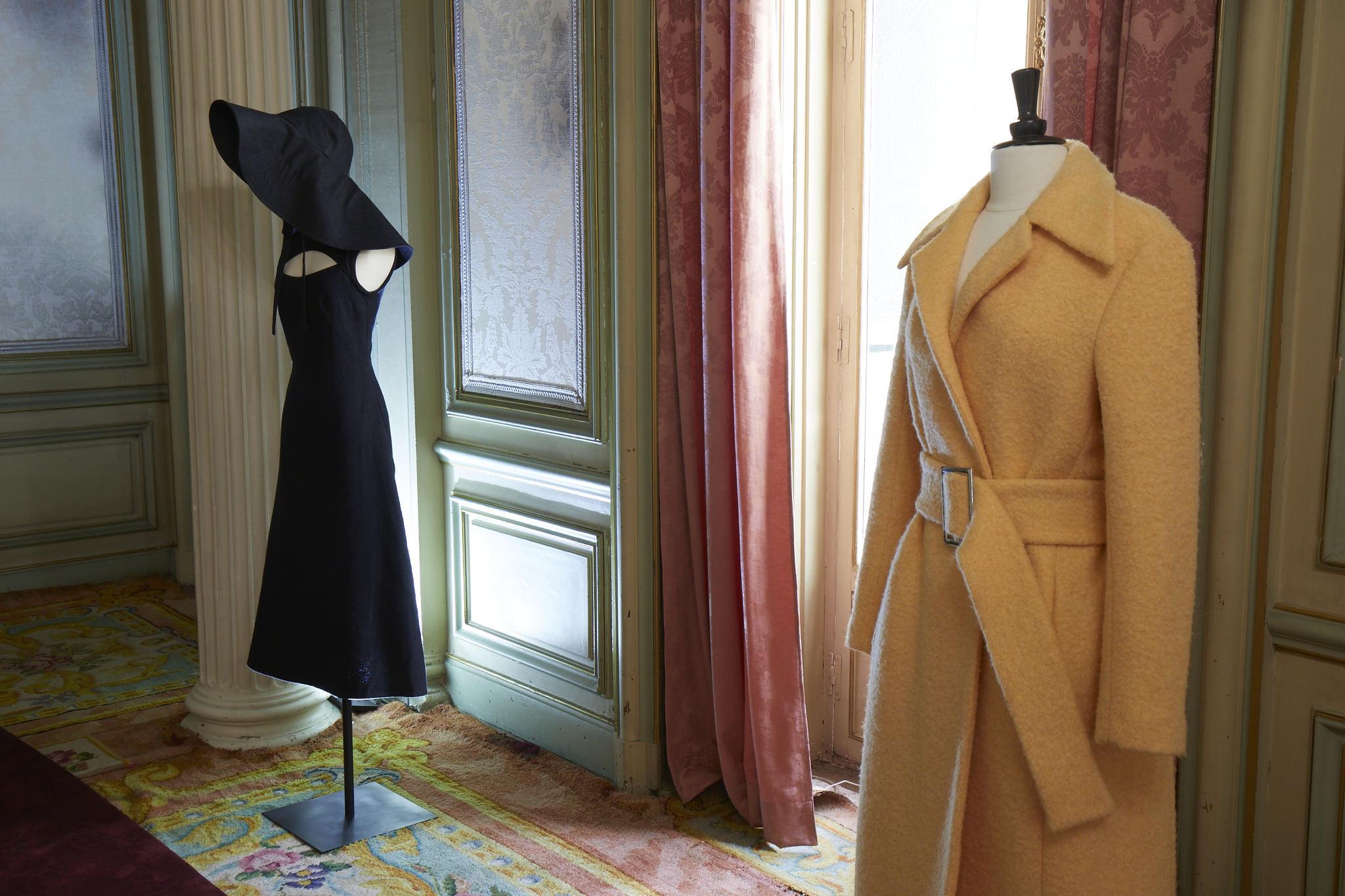 Vestido negro de Moisés Nieto y abrigo de Duarte.
