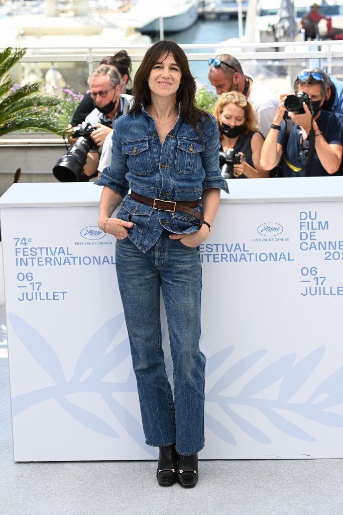 Charlotte Gainsbourg con un total look denim firmado por Saint Laurent en el Festival de Cannes.