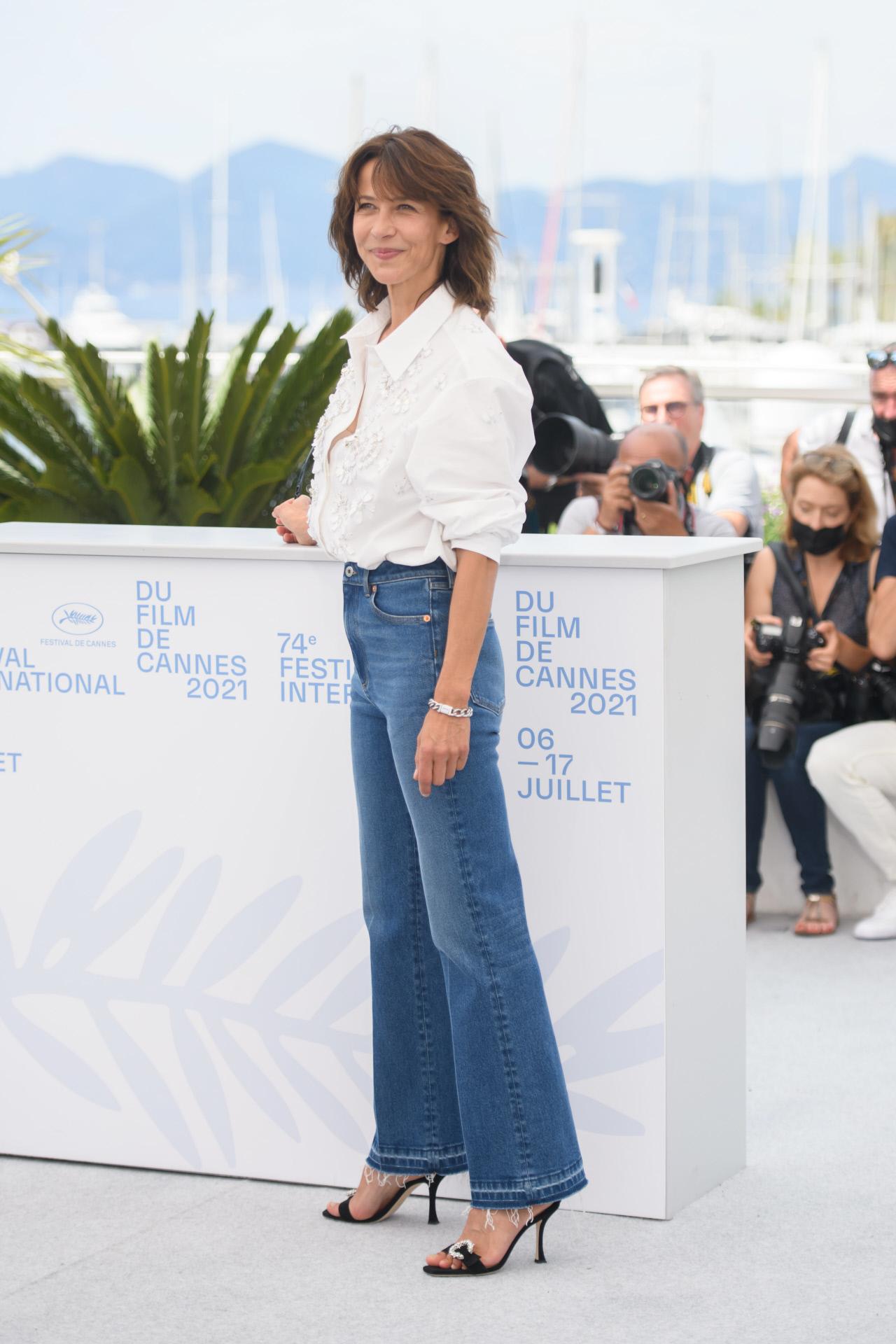 Sophie Marceau,con vaquero recto y camisa blanca en el photocall del Festival de Cannes.