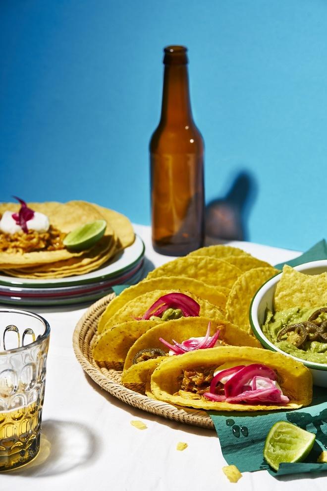 Tacos de pollo con crema agria y guacamole de jalapeños.