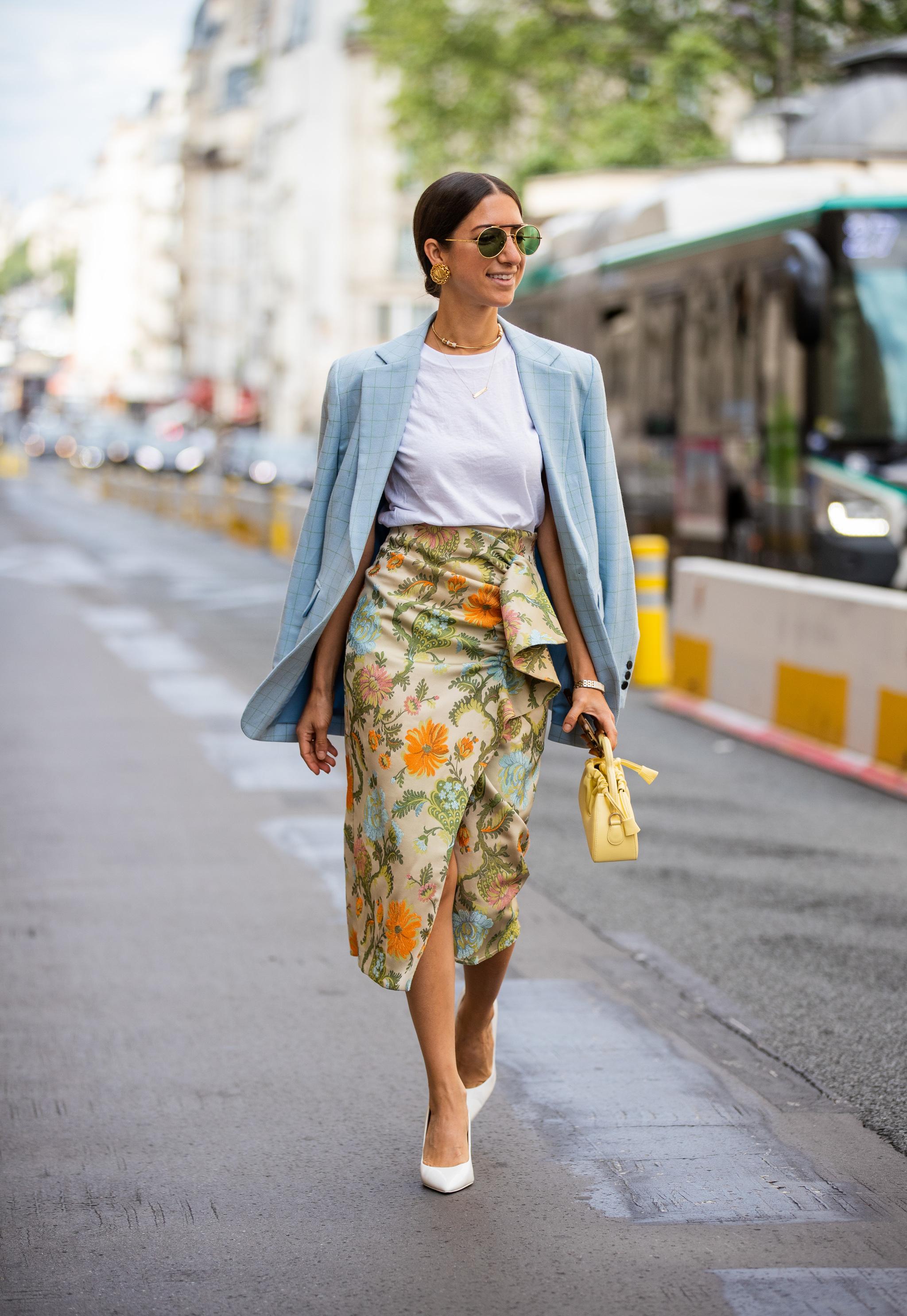 Falda pareo + blazer es una de nuestras opciones favoritas.