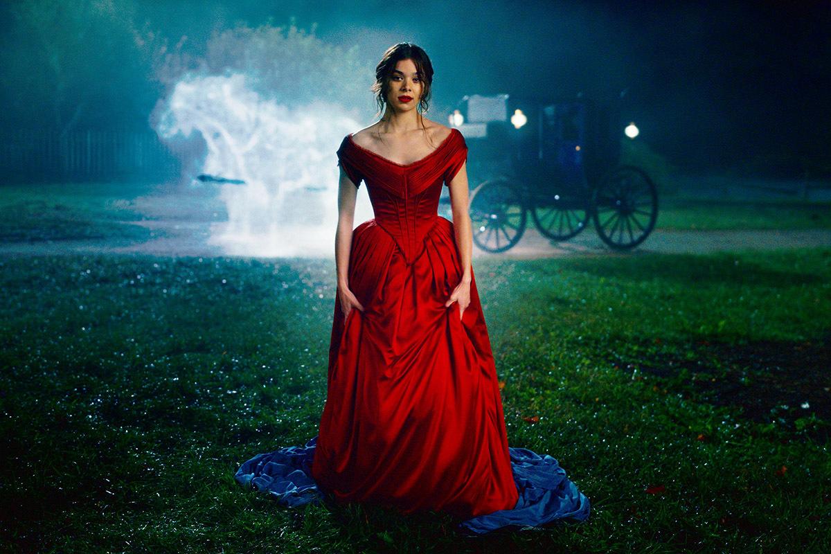 Hailee Steinfeld, en el papel de Emily Dickinson en la serie de Apple TV+.