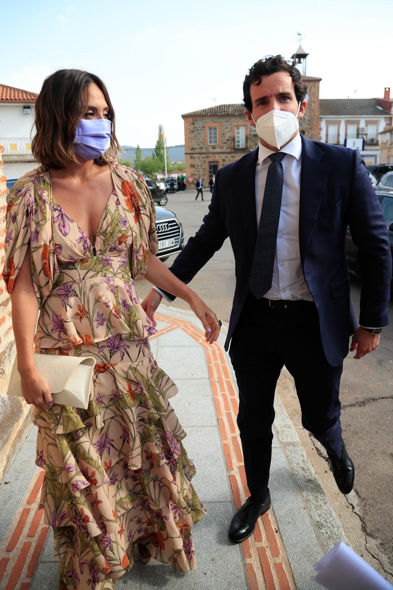 Tamara Falcó en la boda de Felipe Cortina y Amelia Millán con vestido de Johanna Ortiz y cartera de Mimoki.