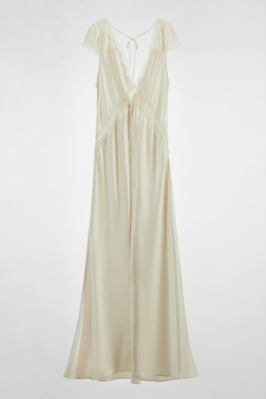 Vestido con seda y encaje de manga corta de Zara, con botones forrados en la espalda. 129 euros.