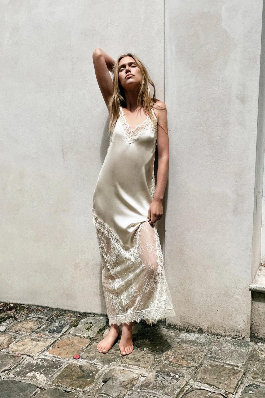 Vestido largo blanco de Zara con tejido de seda y encaje. 79,99 euros.
