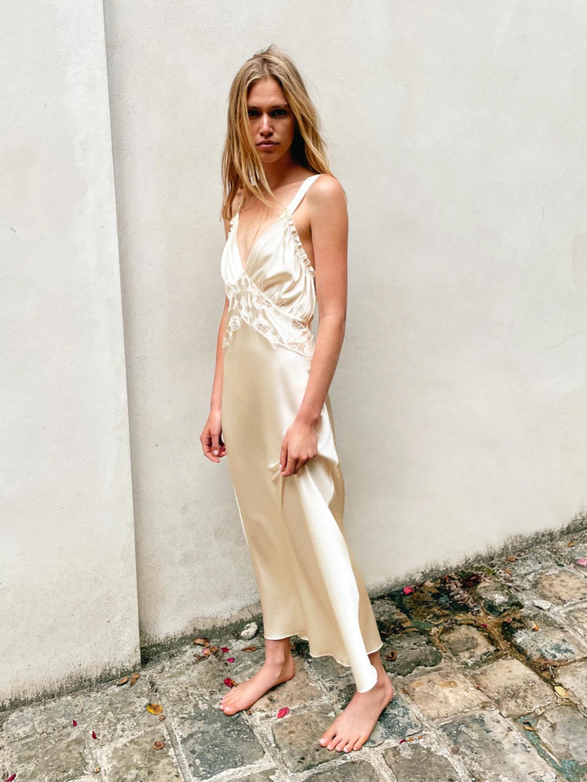 Vestido largo blanco de Zara con tirante ancho, de seda y encaje. 99 euros