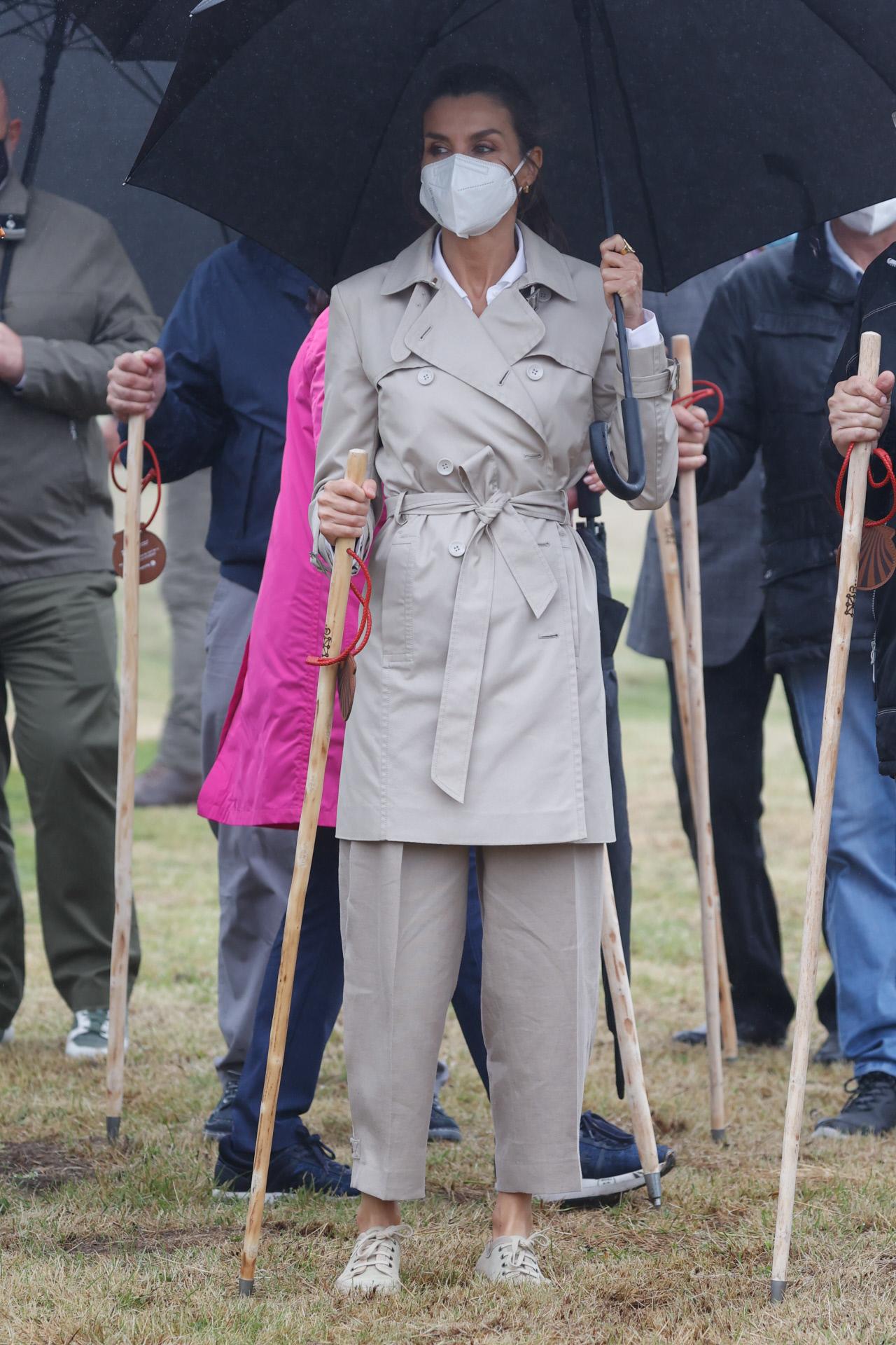 La reina Letizia con trench bajo la lluvia de Roncesvalles.