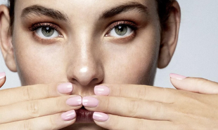 Bases de uñas con vitaminas para fortalecerlas antes de esmaltarlas.