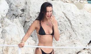 La modelo está de vacaciones con su novio<strong> en Antibes, la...