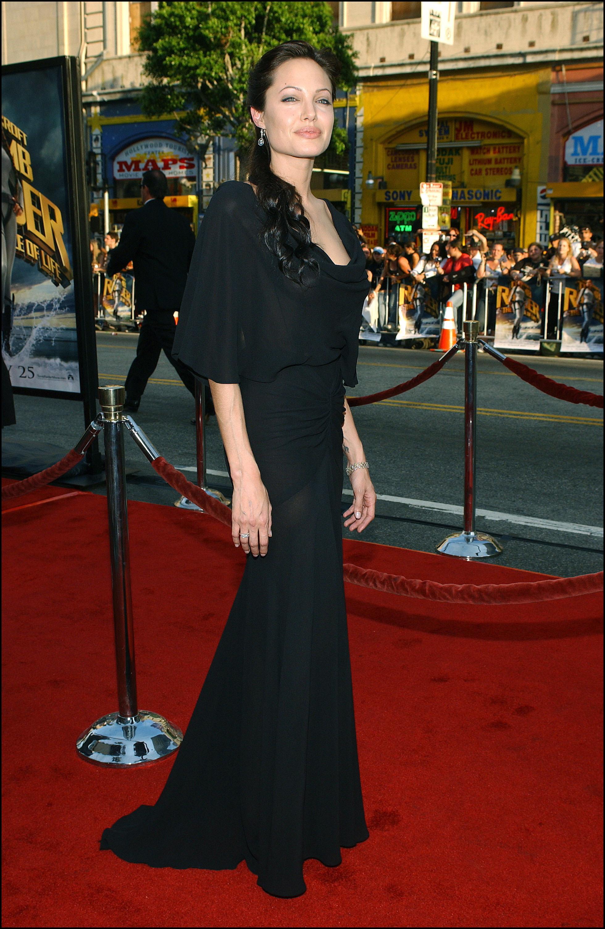 Angelina Jolie con un vestido de aire gótico en una de sus apariciones sobre la alfombra roja
